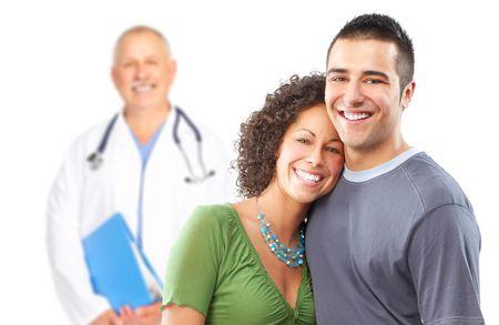 enfermera con paciente: Sonriente m�dico de familia y m�dicos de familia j�venes. Sobre fondo blanco