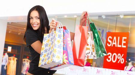 Mujer Happy shopping en el centro comercial