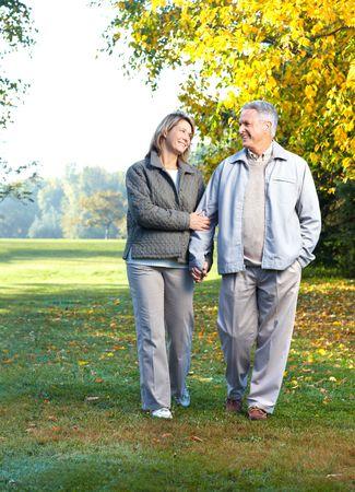 prendre sa retraite: Happy couple de personnes �g�es dans l'amour dans un parc