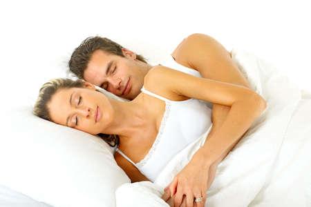 pareja durmiendo: Pareja joven feliz en una cama