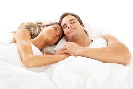 pareja en la cama: Pareja joven feliz en una cama
