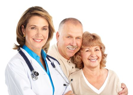 patient doctor: Doctor en medicina sonriente con el estetoscopio y la pareja de ancianos