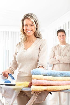 ama de casa: Feliz hermosa joven planchado de ropa. Tareas dom�sticas