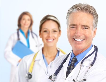 dottore stetoscopio: Medici sorridente con stetoscopi. Isolato su sfondo bianco Archivio Fotografico