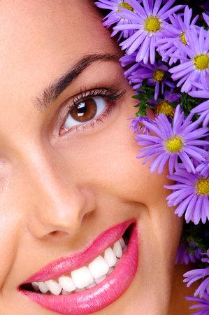 Belle jeune femme souriante visage et fleurs bleues  Banque d'images - 595610