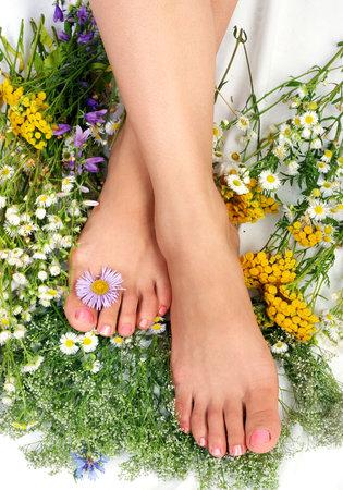 Mooie vrouw benen met bloemen Stockfoto