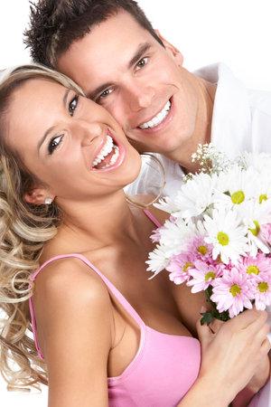 Amor joven pareja sonriente. M�s de fondo blanco