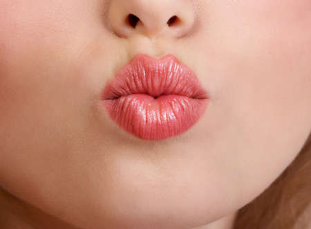 kiss lips: Labios j�venes hermosos de la mujer. Fondo blanco excesivo aislado
