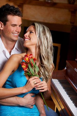 Amour couple de jeunes dans le cadre confortable appartement