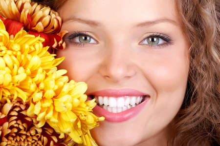 Sonriente joven cara con los dientes perfectos.