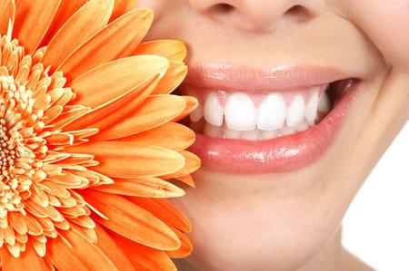 sonrisa: Hermosa joven sonrisa y dientes. Cierre de