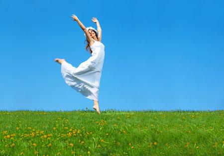 Happy jonge vrouw lopen op het gebied