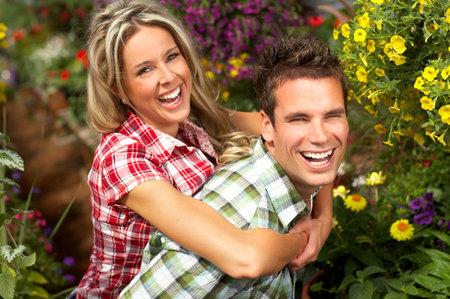wśród: Młoda para uśmiechniętych miłości wśród partii kwiatów