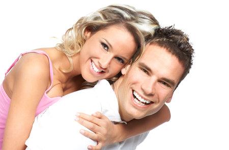 parejas enamoradas: Amor joven pareja sonriente. M�s de fondo blanco