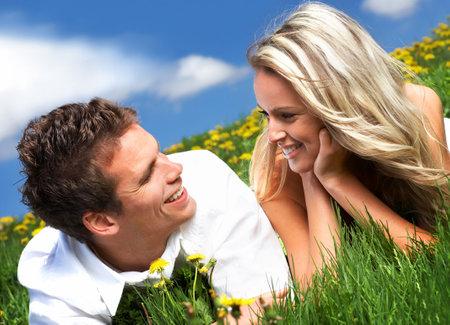 pareja saludable: Amor joven pareja sonriente bajo cielo azul
