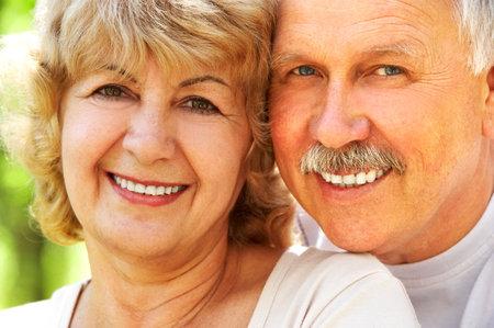 ancianos felices: Sonriendo feliz pareja de ancianos en el amor al aire libre