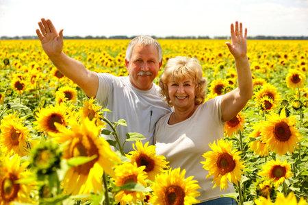 mature adult men: Anziani sorridendo felice coppia in amore all'aperto  r  Archivio Fotografico