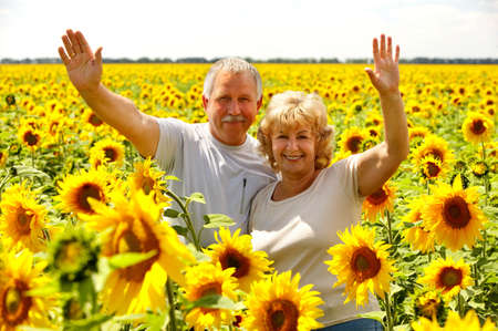 ancianos felices: Sonriendo feliz pareja de edad avanzada en el amor al aire libre  r  Foto de archivo