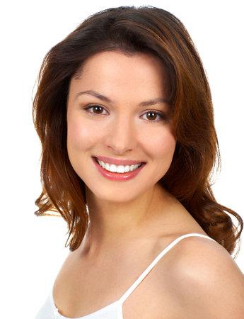 piel humana: Joven y bella mujer sonriendo. Aislado sobre fondo blanco