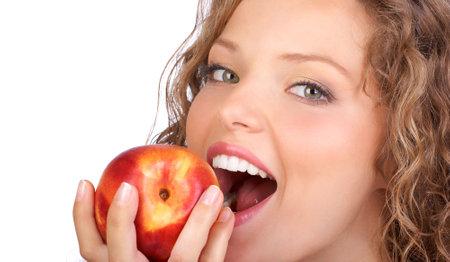 mela rossa: Bella giovane donna mangiando una mela rossa. Isolato su bianco