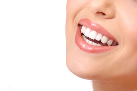 Schöne junge lächelnde Frau mit großen Zähnen. Isolierte über weißem Hintergrund