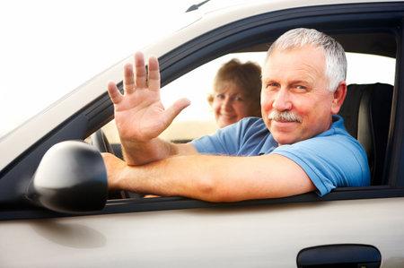 coche antiguo: Sonriendo feliz pareja de ancianos en el coche nuevo Foto de archivo