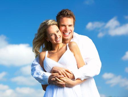 Young love couple souriant sous le ciel bleu Banque d'images
