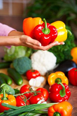 potherbs: Joven manos de la celebraci�n de hortalizas