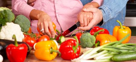 potherbs: Pareja joven amor de cocina en la cocina