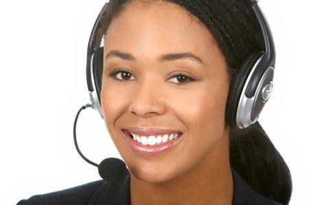 Prachtige zakelijke vrouw met hoofdtelefoon. Over witte achtergrond