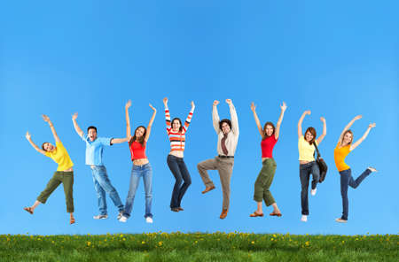 Happy lachende springen jongeren onder de blauwe hemel.