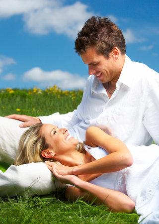 pareja saludable: Pareja joven sonriente amor bajo el cielo azul Foto de archivo