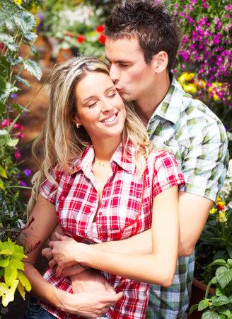 pareja abrazada: Pareja feliz amor joven sonriente en el jard�n