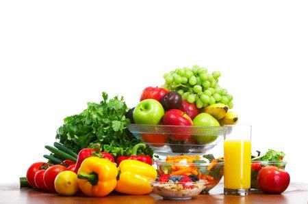 potherbs: Hortalizas y frutas. Manzana, zanahoria, ciruela, chile dulce Foto de archivo