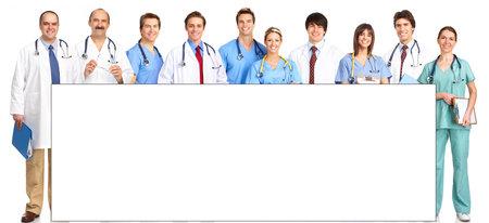 doctores: M�dica de personas sonriendo con estetoscopios. M�dicos y enfermeras sobre fondo blanco Foto de archivo
