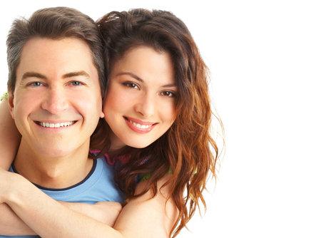 pareja abrazada: Pareja joven amor sonriendo. M�s de fondo blanco Foto de archivo