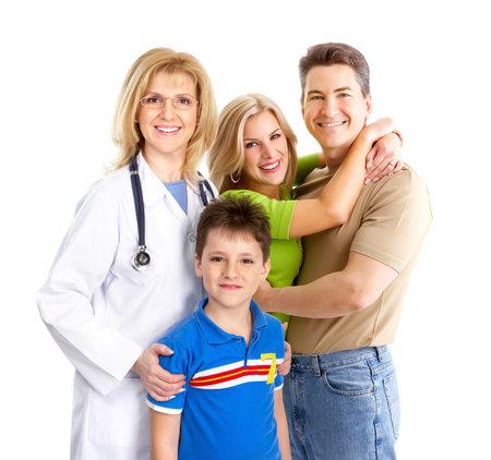 pediatra: Sonriente m�dico de familia y j�venes familia. M�s de fondo blanco