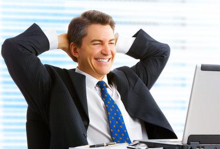 business case: Happy lachende zakenman het werken met de laptop.