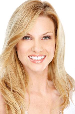 odontologia: Joven y bella mujer sonriendo. Aislado sobre fondo blanco