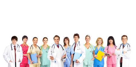 doctores: M�dica de personas sonriendo con estetoscopios. Aislado sobre fondo blanco