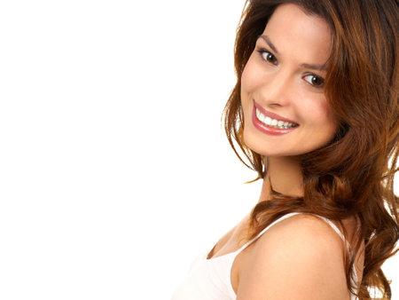 sonrisa: Joven y bella mujer sonriendo. Aislado sobre fondo blanco