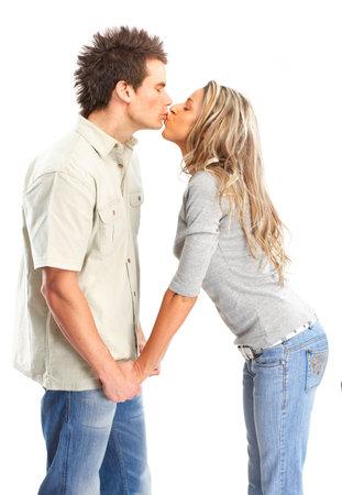 bacio sexy: Happy sorridente coppia in amore. Pi� di sfondo bianco