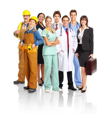 trabajadores: Gran grupo de personas sonrientes. M�s de fondo blanco