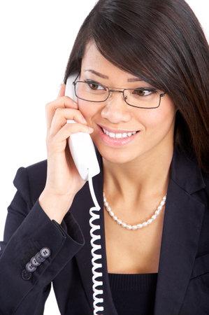 llamando: Joven sonriente mujer de negocios llamando por tel�fono. M�s de fondo blanco Foto de archivo
