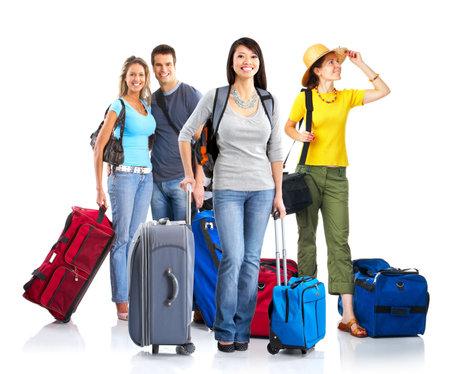 persona viajando: Felices los jóvenes turistas. Aislado sobre fondo blanco