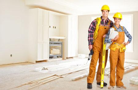 Les jeunes gens souriants constructeur en jaune uniforme Banque d'images - 4780932