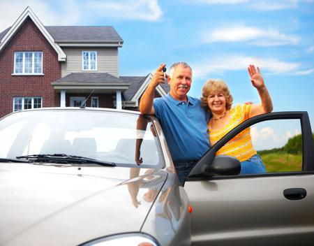 Ouderen paar buurt van hun huis. Vastgoed en verzekeringen concept