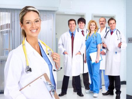 m�decins: Souriant m�dical des personnes ayant st�thoscopes. Les m�decins et les infirmi�res