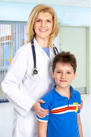 pediatrist: Smiling family medical doctor and a boy.