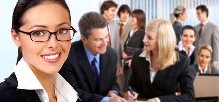 Business vrouw en lachende jonge mensen uit het bedrijfsleven.